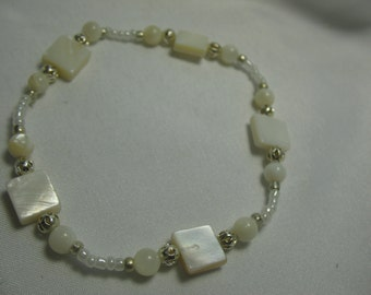 Spherical and square mother-of-pearls bracelet