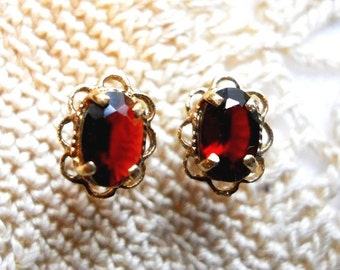 Estate Vintage 1950s 14K Gold Filagree 1ct Oval Garnet Post Earrings - Victorian Flower Petal Earring Setting