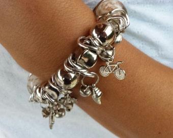 BRACCIALE CON CIONDOLI, bracciale con ninnoli metallici, braccialetto donna, bracciale grande, idea regalo