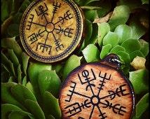 Wooden medallion with Vegvísir ( icelandic symbol ) - handmade ( decoupage or painted ) and customizable - pagan asatru heathenry