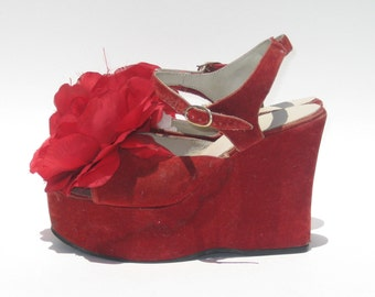 1970s red velvet wedge platforms with flowers  - size 5 - 1970s platform sandals - red platform shoes - Taxi Driver - red platforms