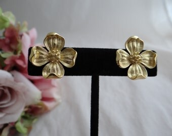 Crown Trifari Gold Tone Flower Petal Clip Earrings - Classic Elegant Timeless Crown Trifari - Collectible Crown Trifari