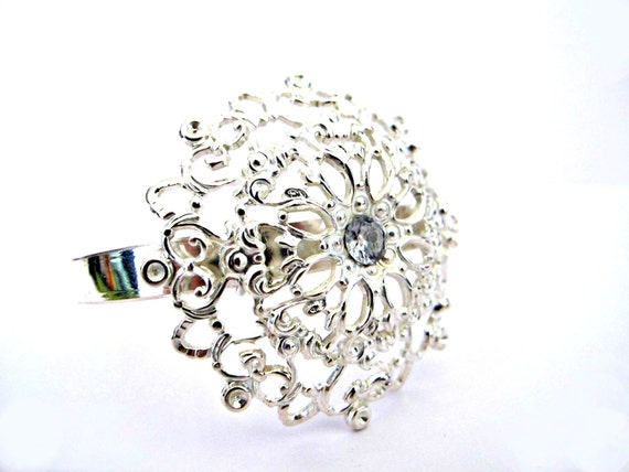 https://www.etsy.com/es/listing/165385759/silver-chunky-bracelet-big-silver-bangle?ref=sr_gallery_2&ga_search_query=silver+zirconia+bracelet&ga_ship_to=ES&ga_search_type=all&ga_view_type=gallery
