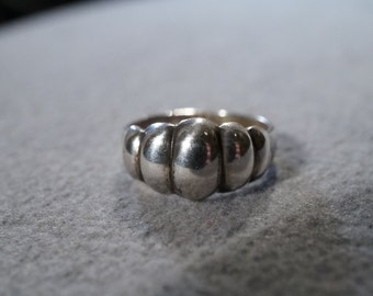 vintage sterling silver fashion ring with five scalloped designs, size 5    M
