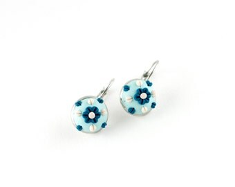 Bleu boucles d'oreilles Boucles d'oreilles fleur brodée polymère fleur d'argile blanc et bleu boucles d'oreilles
