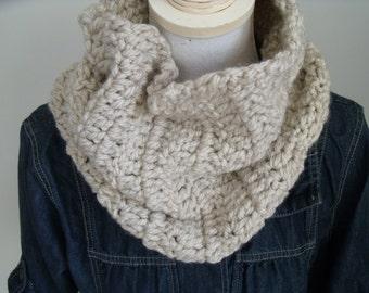light beige crochet colsjaal (circumference 70 cm, height 30 cm)