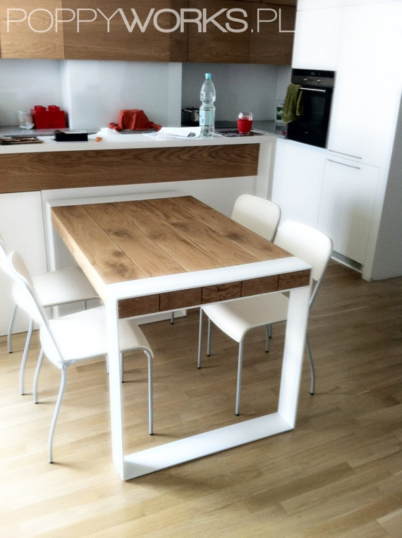 Hecho a mano de madera y mesa de acero. Diseño minimalista contemporáneo.