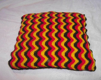 crochet pillow in Germany colors