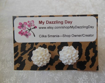 White Chrysanthemum resin earrings, white mum earrings, Christmas flower earrings, white flower earrings, bride, bridesmaid, wedding, flower
