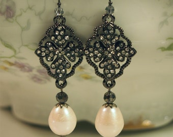 The Marie Antoinette Earring (In black)