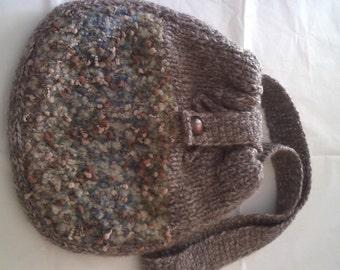 borsa a tracolla di lana marrone e bouclè, foderata. unico pezzo.materiale molto buono,si può lavare  al delicato.  borsa giovane ,di moda.