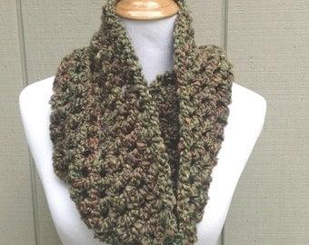 Chunky crochet cowl - Circle scarf - Green neck warmer - Infinity scarf - Teens chunky scarf