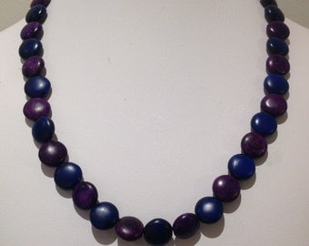 Necklace. 47cm.Alternating blue and purple mabnesite puu coins