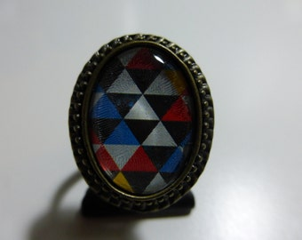 Ring with geometric pattern in blue tones