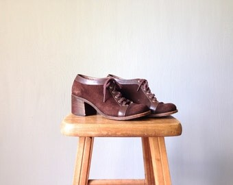 Vintage OXFORD Heels • Womens Dark Brown Suede Leather Shoes • Stacked Block Wooden Sole Casual 1960s 1940s Lace Up Round Toe • Size 6 B