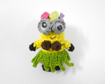 Hawaiian Hula Minion key fob Amigurumi 7cm x 3cm with leah wreath, coconut bra, hula leaf skirt