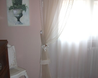 Curtain with embrasse in tulle and lace rose satin.