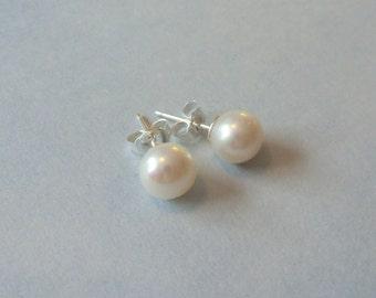 White pearl stud earrings (6 mm 7 0.23'' in)