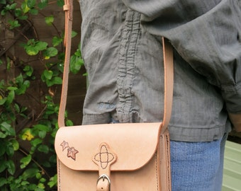 Small leather shoulder bag, hand-stitched, with ivy leaf motif