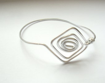 Geometric aluminium wire bracelet silver color.