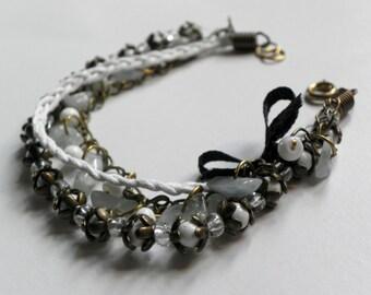 Bracciale con cordino cerato e perline / Bracelet with waxed cord and small coloured pearls