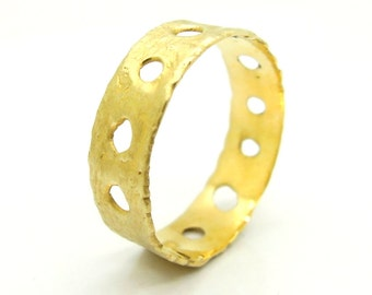 Hammered gold wedding ring with circles
