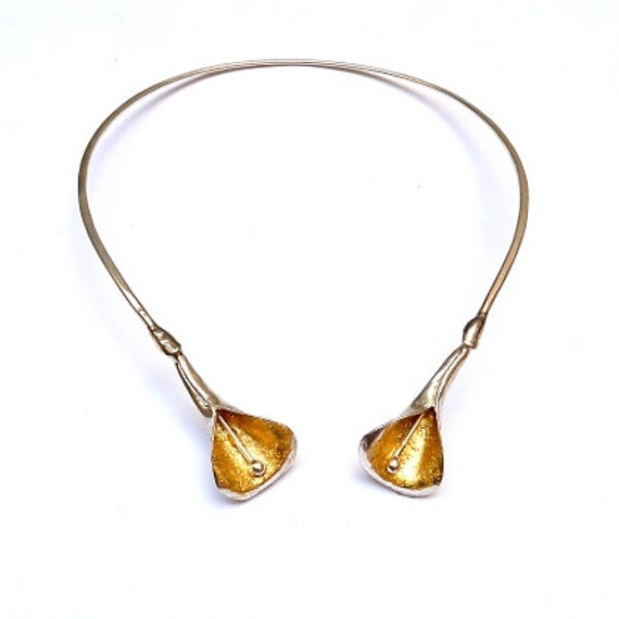 Large calla lily torque necklace with gold leaf by arteartesania
