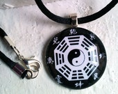 "Bagua, ""Yin Yang"", Feng Shui Trigram. Pendant Unisex. Circle Glass Tile Art Photo - miscelannia"