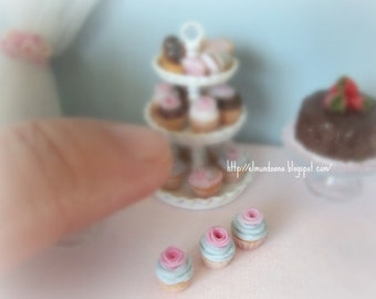 3 Cupcakes for dollhouse .