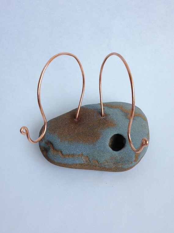 Beach stone coaster holder copper wire photo holder ring for Sawyer marble jewelry stand