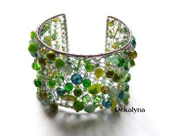Bracelet manchette large vert fait au crochet en France