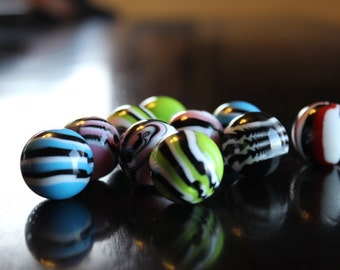 10 chunky bubblegum 20mm tiger striped resin beads, mixed colors