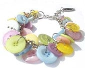 Button bracelet in pastel colors. Handcrafted wristband, silver-colored chain and buttons, pink, light blue, green, lilac, yellow (Arona)