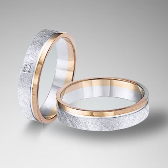 Une paire d alliances mariage 18k or blanc et or rose largeur 5 mm.
