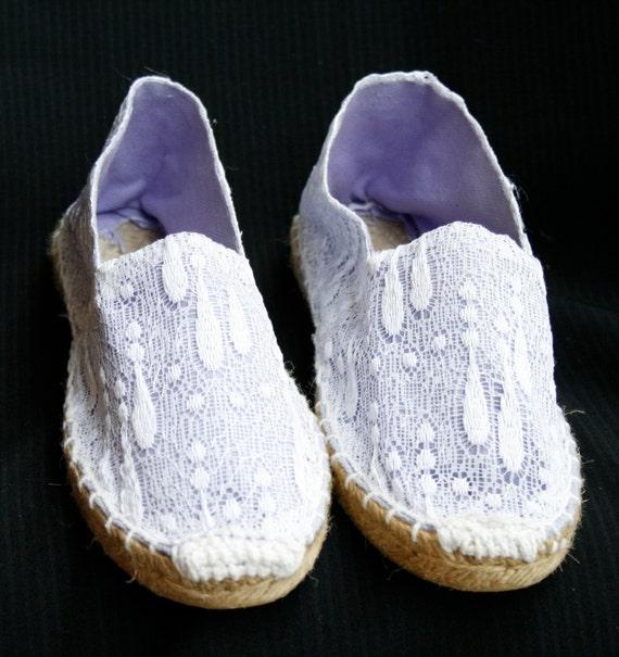 Alpargatas / zapatillas / calzado / zapatos / espardenyes de esparto lila, decoradas con encaje