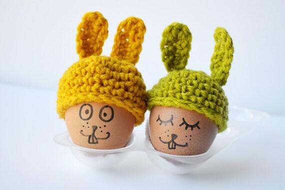 Les bonnets à coco avec oreilles de lapin duo/ jaune moutarde et vert mousse / crochetés main à Paris/ 4 cm de diamètre sur 7 cm de hauteur.