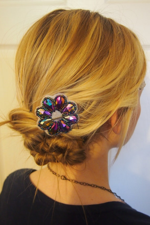 Bling Blossom Hairclip: AB Rainbow colors creating a iridescent daisy