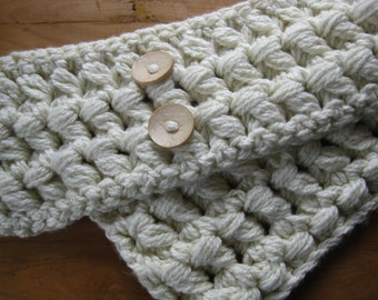 Soft and creamy winter cowl