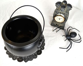 Black Cauldron With Handle 8in