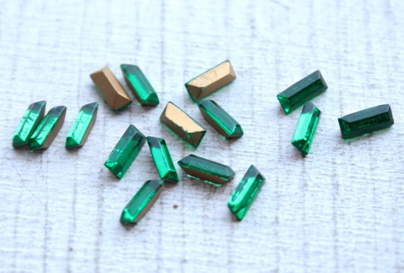 25 Vintage 1950s Baguette Rhinestones 7mm x 3mm // Made in France // Emerald Green