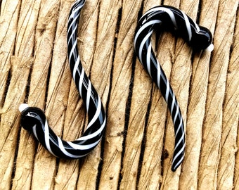 4g Black and White gauged ear plugs earrings talons for stretched piercings