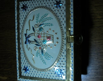 Very Sweet Vintage Tin from 1960  Basket and Bows and a Latch