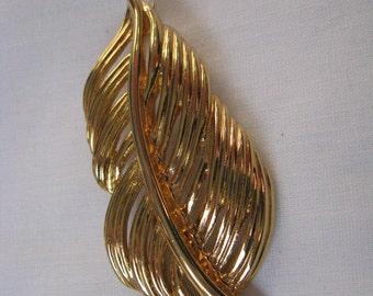 Elegant vintage Napier gold tone open leaf pin brooch