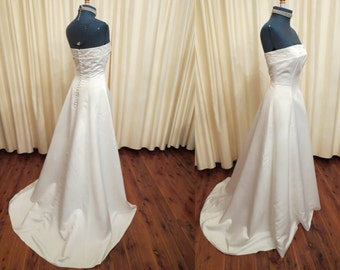 Vintage Sexy Simple Off White Ivory Strapless Wedding Dress Full Floor Length With Train and Crystal Element Beads and Faux Pearls