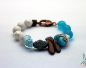 Caribbean heart - Lovely bracelet in white and sky blue with a lampwork bead from Grace Ma