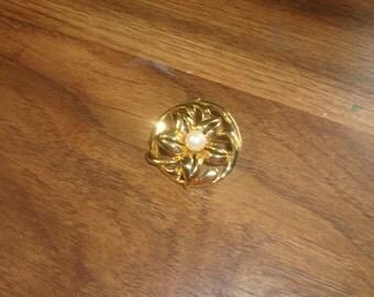 vintagE pin brooch goldtone faux pearl