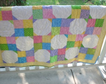 Baby quilt in bright pastels