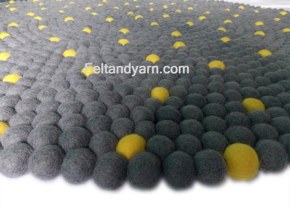 tapis boule feutre gris et jaune dans la livraison par feltnyarn. Black Bedroom Furniture Sets. Home Design Ideas