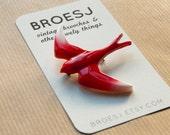 Roter Kunststoff Vogel Brosche zu schlucken