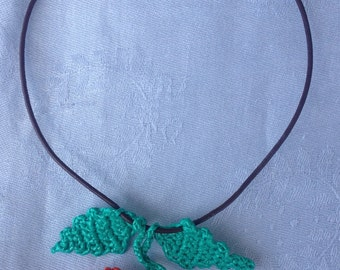 Hand made tight necklace with cordage in natural leather.